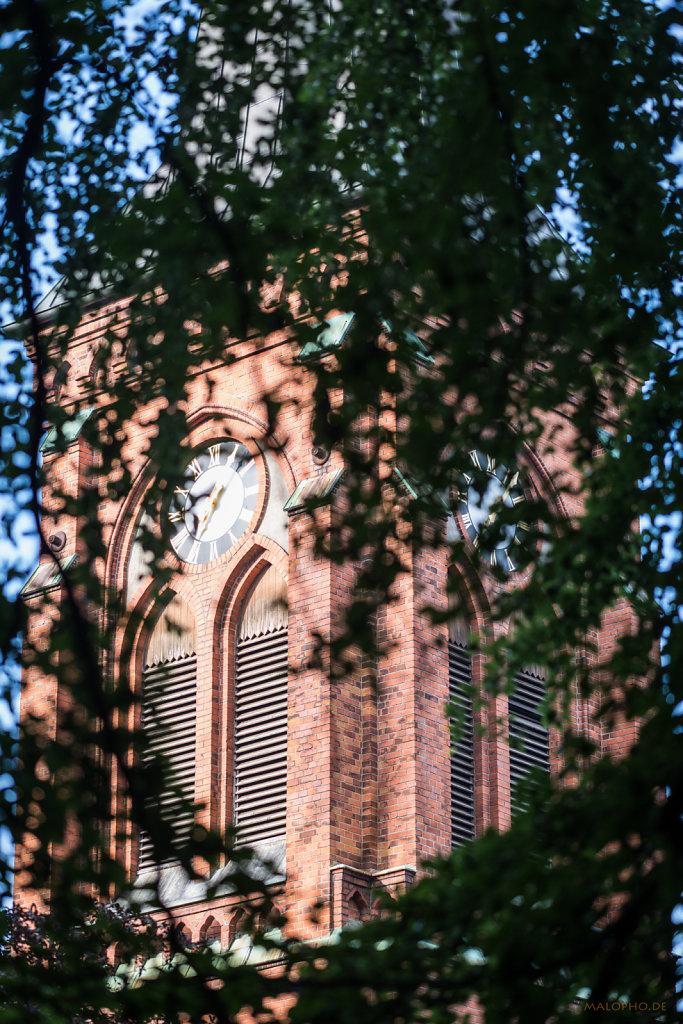 Kirche hinter Herz